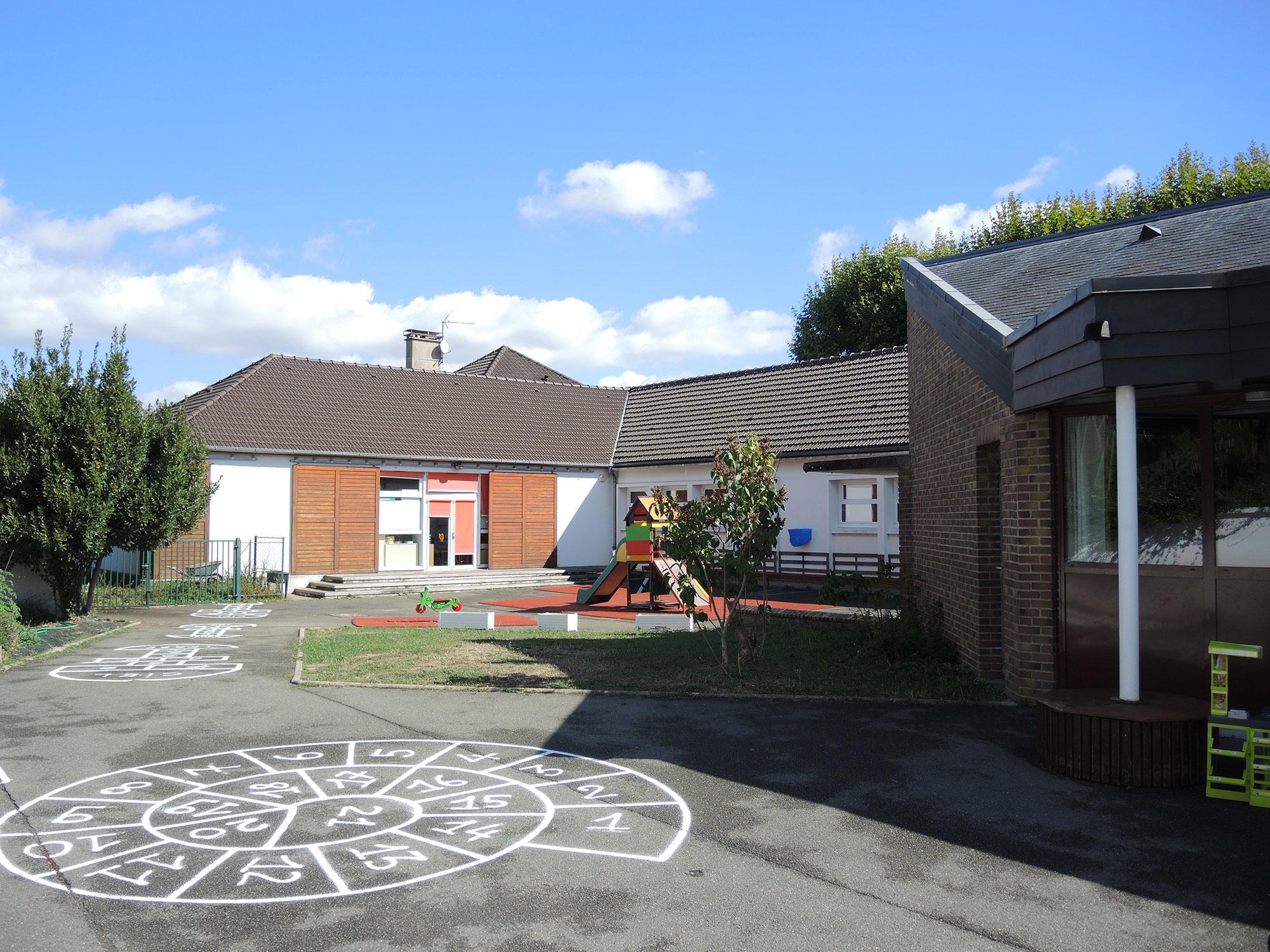 vue de la cour maternelles construction du réfectoire du groupe scolaire de Maurecourt Bancilhon architectes